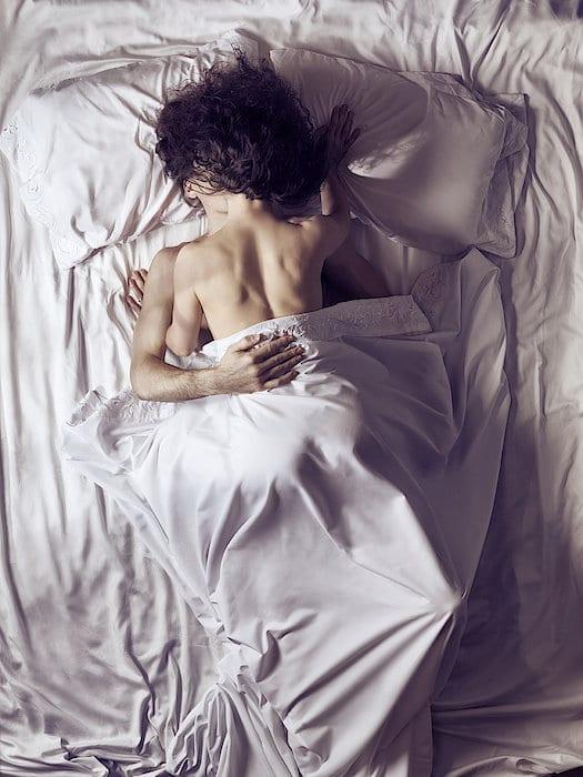 par kysser i sengen
