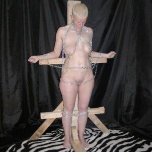 Kvinde står til rådighed som slave for en hård Herre med erfaring